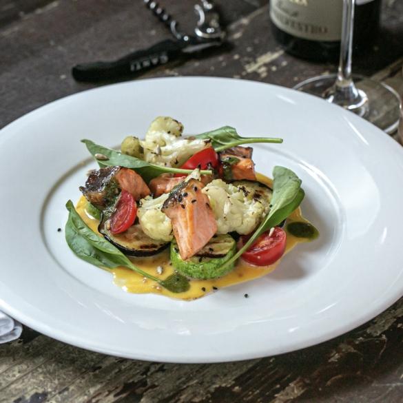 Теплий салат з лососем